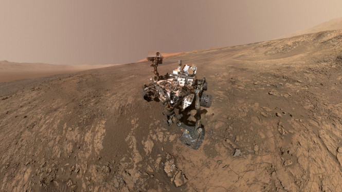 Selfie Robot Curiosity di lereng gunung Planet Mars