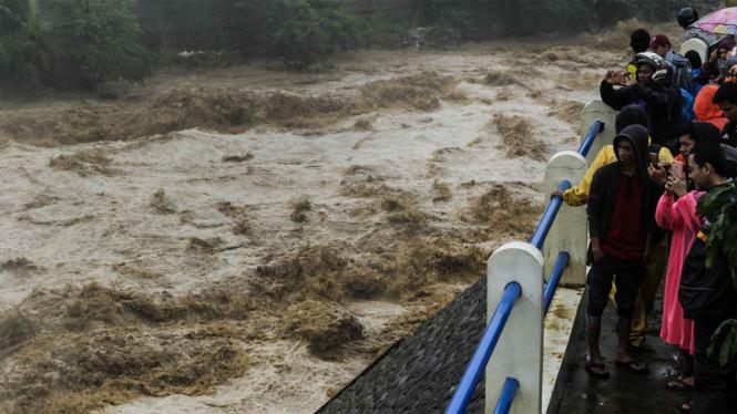 Derasnya Air di Bendungan Katulampa, Bogor