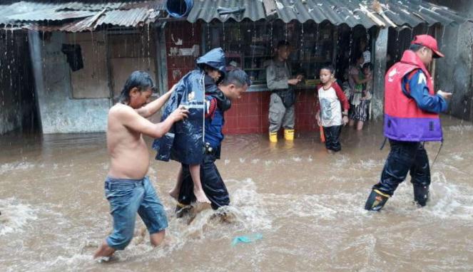 Petugas mengevakuasi korban banjir di Pasar Minggu, Jakarta Selatan.