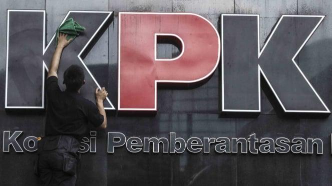 Petugas membersihkan logo Kantor Komisi Pemberantasan Korupsi  (KPK) di Jakarta.