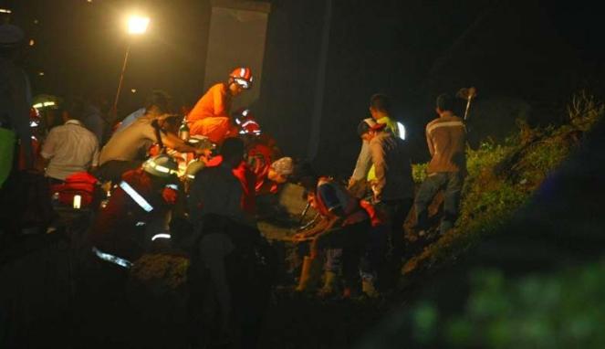 Evakuasi korban longsor tembok under pass perlintasan Kereta Bandara Soetta