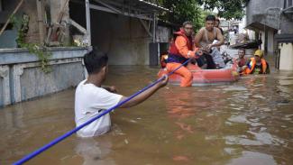 https://thumb.viva.co.id/media/frontend/thumbs3/2018/02/06/5a79211a0d3a7-banjir-merendam-jakarta-dan-depok-akibat-luapan-sungai-ciliwung_325_183.jpg