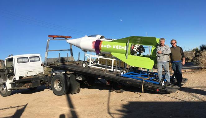 Mike Hughes berpose dengan roket Bumi Datarnya