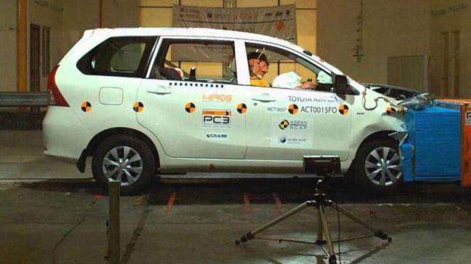 Uji tabrak Toyota Avanza.