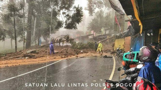 Longsor di kawasan Puncak, Jawa Barat.