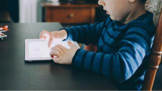 Agar internet aman bagi anak, aktifkan pengaturan usia di ponsel dan komputer.