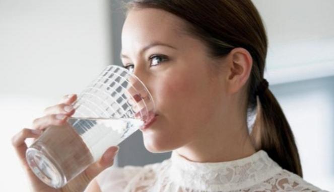 Ilustrasi wanita minum air putih.