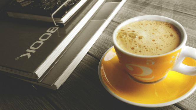 Ilustrasi secangkir kopi panas.