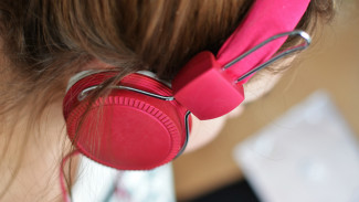 Ilustrasi mendengarkan musik.