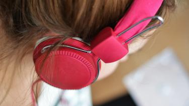 Ilustrasi-Mendengarkan musik