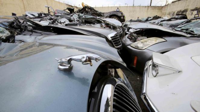 Mobil-mobil selundupan mewah dihancurkan di Metro Manila, Filipina