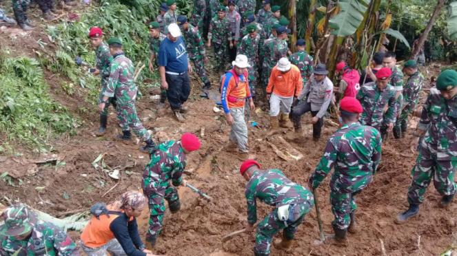 Prajurit Kopassus saat evakuasi korban longsor Cijeruk