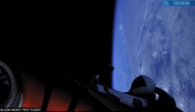 Mobil listrik Tesla Red Roadster dengan latar belakang Bumi