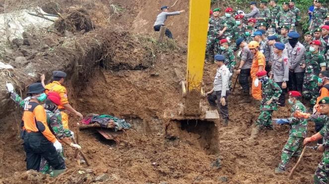 Penemuan jenazah korban longsor di Cijeruk, Bogor