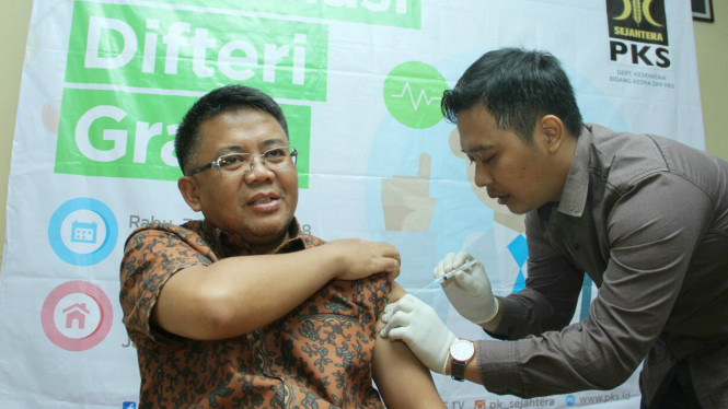 Presiden PKS Sohibul Iman saat vaksin difteri.