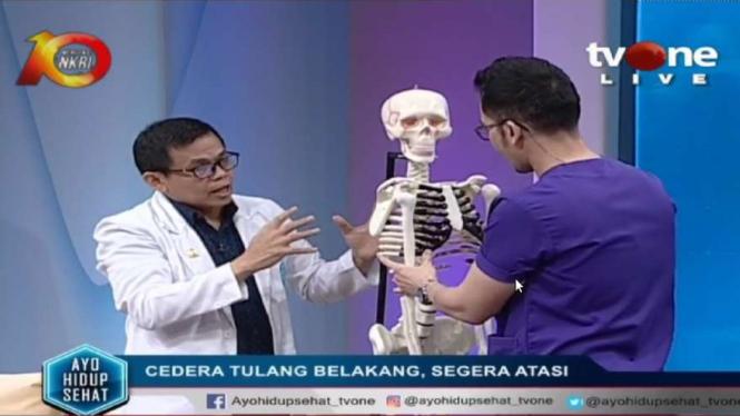 Dr Norman Zainal SpOT. M. Kes. FICS, CCD menunjukkan area cedera tulang belakang