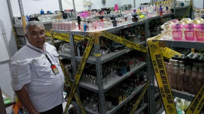 Ribuan botol parfum palsu dari pabrik yang digerebek Polda Metro Jaya di Taman Sari, Jakarta Barat.