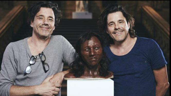 Seniman Alfon dan Adrie Kennis berpose dengan model 3D Cheddar Man