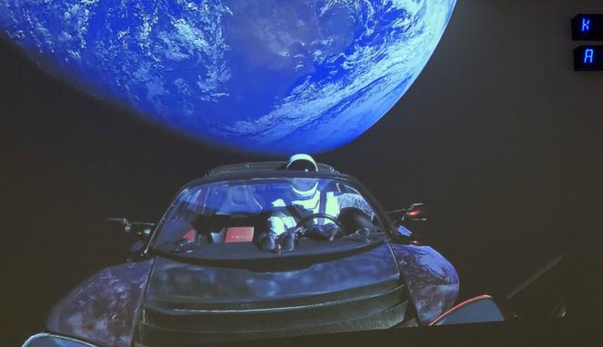 Selfie Starmen di belakang mobil listrik dengan latar belakang bumi