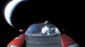 Starman di belakang kemudi mobil Tesla Roadster.