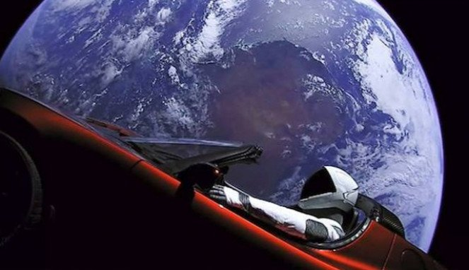 Mobil listrik Tesla Roaster milik Elon Musk yang kini mengorbit bumi.