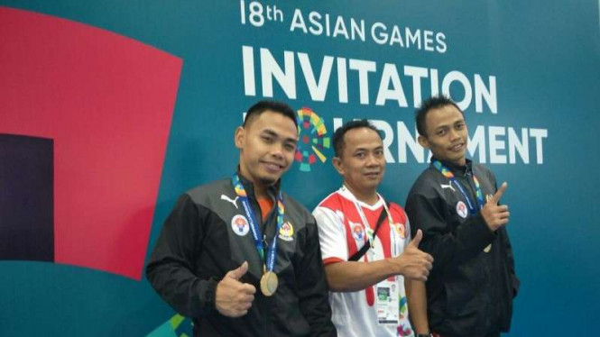 Eko Yuli Irawan (kiri) saat tampil di Test Event Asian Games 2018.