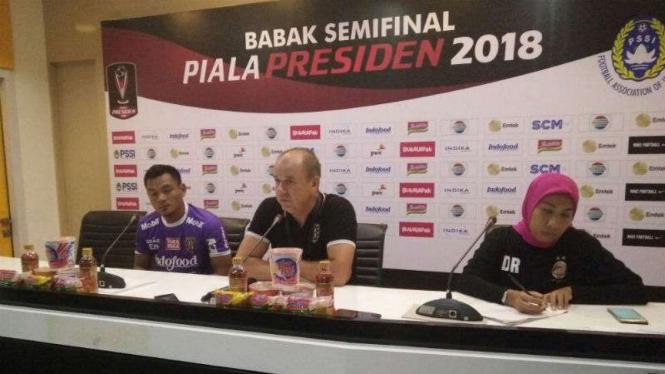 Pelatih BalI United, Hans-Peter Schaller (tengah)