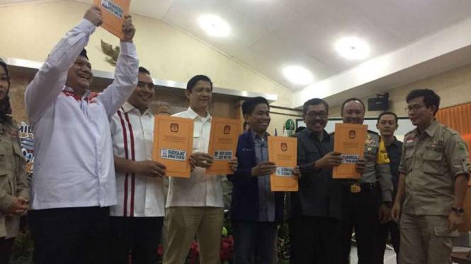 KPU Jawa Barat menyerahkan surat penetapan pasangan calon masing-masing tim sukses di Bandung pada Senin, 12 Februari 2018.