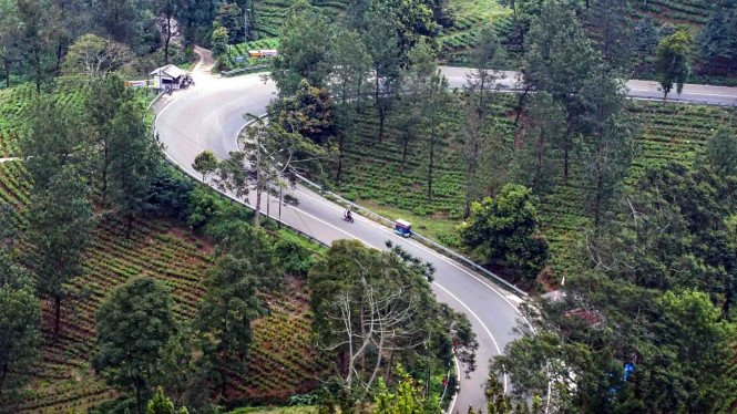 Suasana jalan di jalur wisata Puncak, Kabupaten Bogor