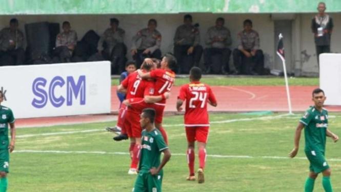 Pemain Persija merayakan gol Simic ke gawang PSMS.