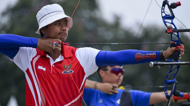 Atlet Panahan Indonesia Riau Ega Agata (kiri)