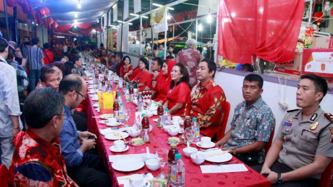 Jamuan Tuk Panjang sebagai pembuka Pasar Imlek Semawis di Kota Semarang .
