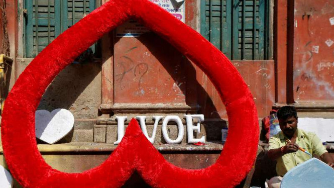 Pengrajin atribut hari Valentine di India