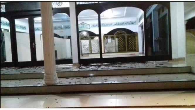 Kondisi kaca milik Masjid Baiturrahim Tuban Jawa Timur yang dirusak, Selasa dinihari (13/2/2018)