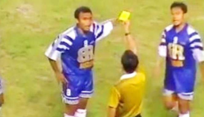 Laga Piala Winner 1996/97, Mastrans Bandung Raya dilemparan botol di Hong Kong