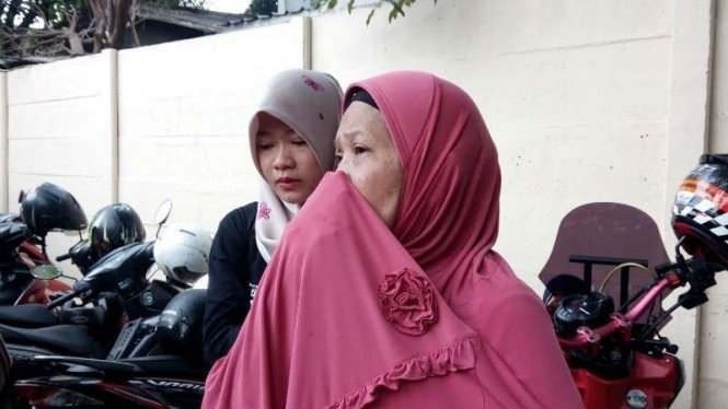 Keluarga korban pembunuhan satu keluarga di Tangerang, Selasa, 13 Februari 2018.