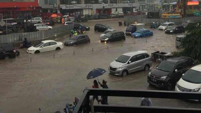 Banjir di Boulevard Barat Raya, MOI Kelapa Gading, Jakarta Utara.