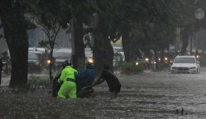 Banjir di jalur lambat Jalan Letjen Soeprapto, Cempaka Putih, Jakarta Pusat.