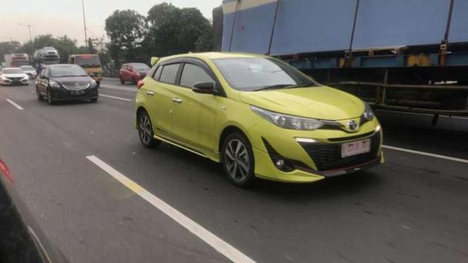 Toyota Yaris terbaru kepergok di jalanan.