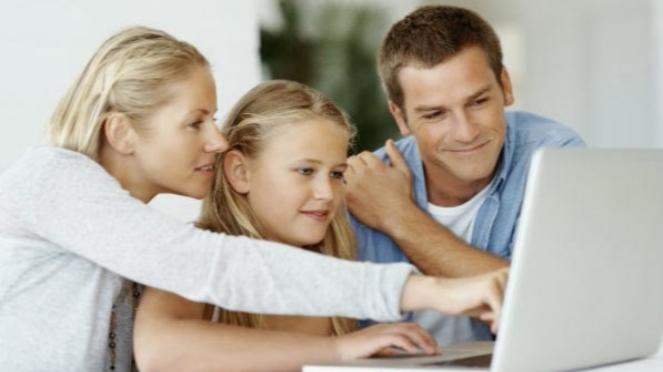 Anak-anak saat menjelajah internet.