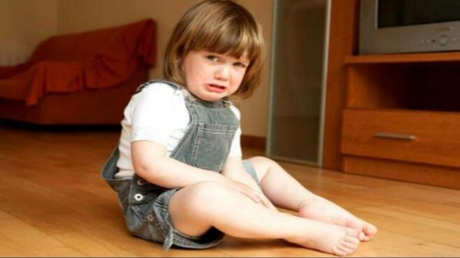 Anak kecil menangis.