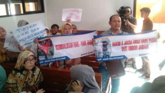 Para korban First Travel melakukan unjuk rasa menuntut uang mereka dikembalikan atau mereka diberangkatkan.