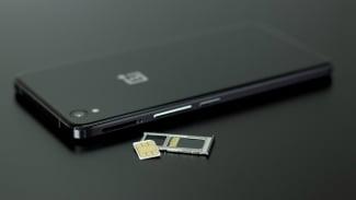 Ilustrasi kartu SIM dan smartphone.
