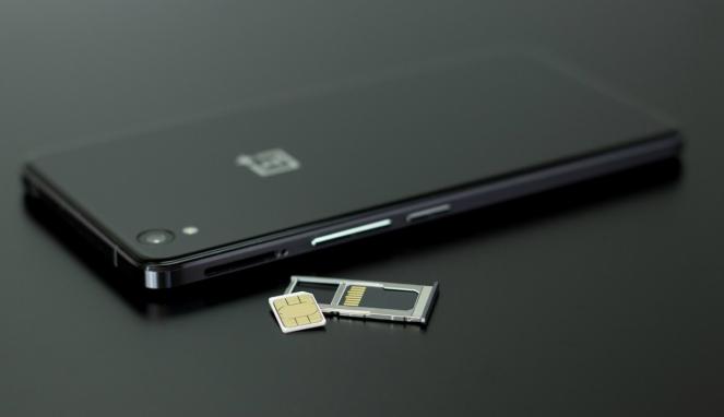 Ilustrasi kartu SIM dan smartphone