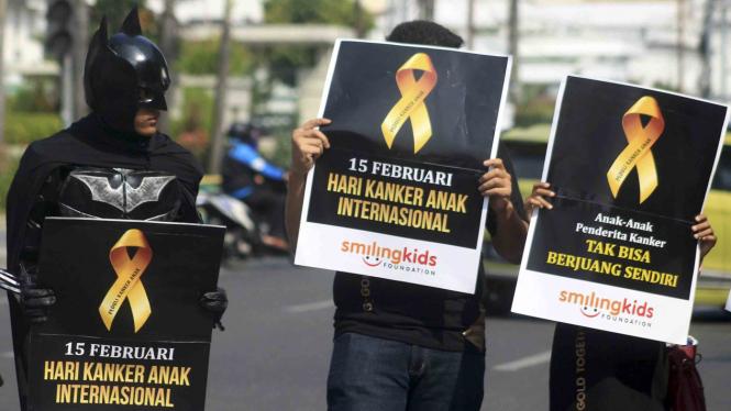 Aksi peringatan Hari Kanker Anak Internasional di Jalan Balaikota Medan