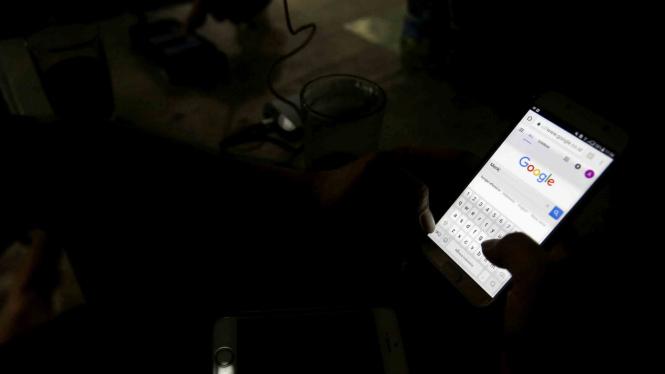 Mengakses Google melalui smartphone.
