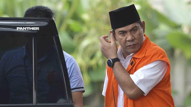 Bupati nonaktif Hulu Sungai Tengah, Abdul Latif  saat bersiap menjalani pemeriksaan di KPK.