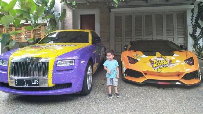 Lamborghini dan Rolls-Royce yang digunakan untuk promosi makanan ringan.