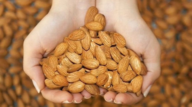 Kacang almond.