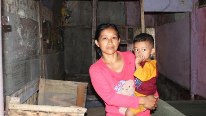 Siti sang penjual cilok di rumah tuanya.